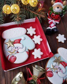 Пряники ручной работы🍯🍭 (@angela_s_sweets_) • Фото и видео в Instagram Christmas Candy Bar, Christmas Clay, Christmas Goodies, Christmas Treats, Fancy Cookies, Xmas Cookies, Cute Cookies, Royal Icing Cookies, Ginger Cookies