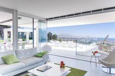 El estilo de Leonardo Omar sorprende por la integración de sus construcciones en el paisaje a través de formas rectilíneas revestidas de blanco en las que prima la funcionalidad