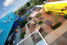 Os containers são a bola da vez no que diz respeito a arquitetura e design na hora de construir novos espaços. A ideia sustentável, pois reduz o impacto ambiental, está dando as caras no Brasil, que agora é sede domaior hostel em containers marítimos do mundo. O Tetris Hostel, em Foz do Iguaçu, foi concebido …