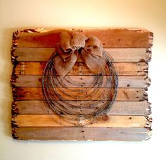 Pallet wood, barbed wire and burlap! Probably add a rope too, and use barn wood Pallet Crafts, Pallet Art, Wire Crafts, Western Decor, Rustic Decor, Western Crafts, Barbed Wire Art, Barbed Wire Wreath, Wood Pallets