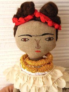 Muñeca Frida Kahlo en algodón y lino. 33 centímetros de AntonAntonThings en Etsy