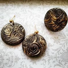 Orecchini con ciondolo tondo nero in Fimo - texture e polvere argento : Orecchini di bidibijoux