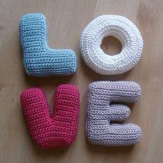 Crochet Letters Pattern, Crochet Alphabet, Letter Patterns, Crochet Flower Patterns, Crochet Flowers, Crochet Pillow, Knit Or Crochet, Crochet Gifts, Baby Blanket Crochet