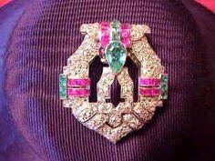 Clip ca. 1920 pavage de diamant calibres de rubis et d'émeraudes sertis sur platine