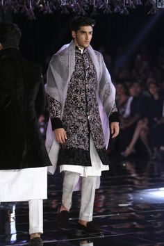 Complete collection: Manish Malhotra at India Couture Week 2017 Mens Indian Wear, Mens Ethnic Wear, Indian Men Fashion, Mens Fashion Suits, Man Fashion, Indian Wedding Clothes For Men, Indian Wedding Wear, Wedding Dress Men, Wedding Suits