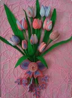 Картина панно рисунок Квиллинг Ещё букет тюльпанов Бумага гофрированная Бумажные полосы Проволока фото 2