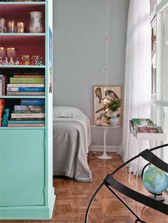 A quitinete de 36 m², no edifício Copan, em São Paulo, reúne peças de família, cores frescas e objetos e móveis de época