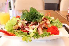 Ensalada de pulpo: fácil y saludable Octopus Salad, Octopus Octopus, Tasty Dishes, Cobb Salad, Cabbage, Cooking, Recipes, Food, Dor Cervical