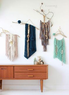 DIY 8 tentures murales pour s'inspirer… DecoCrush Yarn Wall Art, Yarn Wall Hanging, Diy Wall Art, Wall Decor, Wall Hangings, Diy Wand, Mur Diy, Easy Diy Crafts, Design Crafts
