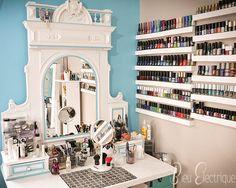 Une jolie coiffeuse avec plein de produits de beauté... Un petit coin de paradis pour les beauty addicts, n'est-ce pas ?   #inspiration #vanity #coiffeuse #idée #coinbeauté #maquillage #beauté #rangements #vernisaongles #nailpolish