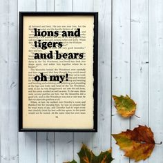 Plakát v dřevěném rámu Wizard of Oz Lions and Tigers   Bonami