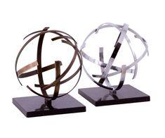 Escultura tridimensional  26 cm de diâmetro irregular.  Latão com pátina ou banho de níquel.  Base granito preto 20x20x2cm.  Placa 8,5x3cm.  Peça certificada, exclusiva Anholeto.