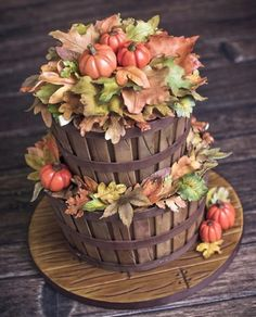 14 Amazing Fall Cakes That Look Almost Too Beautiful to Eat - XO, Katie Rosario Are you inspired by the fall leaves and what to make them into beautiful fall cakes? Learn how easy it is to create these amazing fall cakes. Pretty Cakes, Cute Cakes, Beautiful Cakes, Amazing Cakes, Thanksgiving Cakes, Fall Cakes, Holiday Cakes, Halloween Cakes, Love Cake