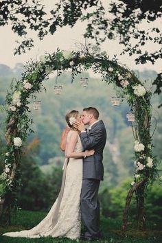 Une belle arche de mariage avec une décoration florale