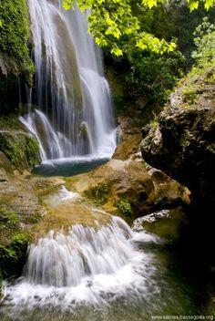 Salto de La Caula, Boadella Empordà Hace pocos años se desprendieron las formaciones de travertinos que cubrían las rocas que forman el salto de la Caula, por tanto, en estos momentos, no se permite el baño. El salto, de unos 30 metros, forma parte del torrente de la Caula que salva el desnivel de los acantilados de travertino. Poco después las aguas se encuentran con la Muga. El torrentes de la Caula y de Fontanilles.  TIPUS ACTIVITAT: excursions / excursiones gorgues Beautiful World, Beautiful Places, Garden Waterfall, Les Cascades, Spain Travel, Trekking, Torrente, Landscape, Nature