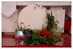 Communion Decorations, Altar Decorations, Flower Decorations, Church Flower Arrangements, Floral Arrangements, First Holy Communion, Arte Floral, Ikebana, Holidays And Events