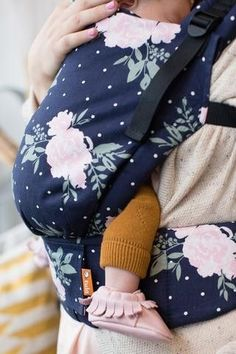 Tula free to grow baby carrier Australia: Blossom - can wear newborn without insert and adjusts height and weight to wear kids up to Cute Babies, Baby Kids, Baby Baby, Baby Carrying, Best Baby Carrier, Free Baby Stuff, Baby Registry, Baby Accessories, Baby Gear