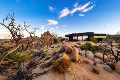 HOME INsight: Casa negra en pleno desierto