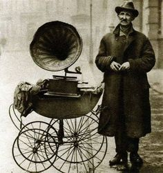 Street gramophone player. London, 1920.