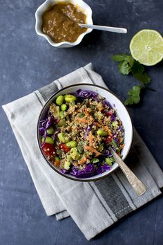 Colorful and flavorful Thai Quinoa Salad with peanut dressing. It is packed with protein from quinoa, edamame and peanuts. Vegan lunch for work. Protein Lunch, Vegetarian Protein, Vegetarian Lunch, Vegetarian Recipes, Healthy Recipes, High Protein, Vegetarian Lifestyle, Fodmap Recipes, Quinoa Salad Recipes