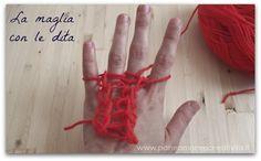 Per imparare la tecnica guardate questo mio video.    Cosa possiamo creare con questa tecnica  Con la maglia fatta con le dita si creano lunghi cordoncini che possiamo usare in diversi modi.  La sciarpa  Se li intrecciamo tra loro è possibile ottenere delle calde sciarpe, come questa qui sotto in foto; questo progetto che ho fatto per Funlab lo troverete spiegato qui: http://blog.funlab.it/2012/11/giochi-con-la-lana-la-sciarpa-da-fare-con-i-bambini/.    Il cuscino  Design Sponge, sito…
