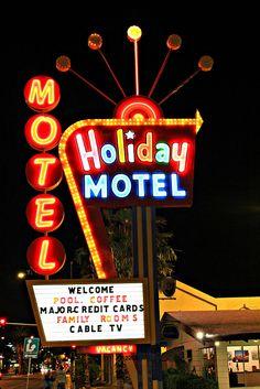 Holiday Motel Vintage Humor, Vintage Ads, Station Essence, Retro Signage, Neon Sign Art, Neon Jungle, Old Vegas, Building Signs, Vintage Neon Signs