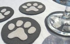 ¡Estos hermosos posavasos con huellas de perro pueden ser tuyos! Aprende a hacerlos siguiendo estos pasos: http://www.lasmanualidades.com/2011/09/08/posavasos-de-fieltro-con-huellas-de-animales