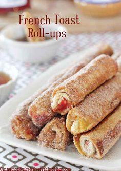 These French Toast Roll-Ups look gourmet and melt in your mouth. Make them for your breakfast or party, easy and delicious ! Breakfast Desayunos, Breakfast Dishes, Breakfast Recipes, Breakfast Ideas, Brunch Ideas, Polish Breakfast, Back To School Breakfast, Mothers Day Breakfast, Quick And Easy Breakfast