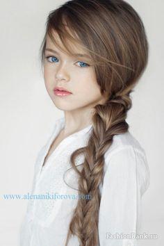 Rambutnya yang indah juga bisa diubah-ubah menjadi berbagai gaya.