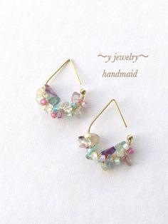 カラフルビーズを使用したピアスです。サイズ…2×3cm使用のビーズの大きさにより、画像との配置が多少異なりますことを、ご了承下さいませ。*アクセサリーについて... Diy Jewelry Rings, Ear Jewelry, Diy Jewelry Making, Jewelry Crafts, Beaded Jewelry, Jewelry Accessories, Jewelry Design, Women Jewelry, Jewellery