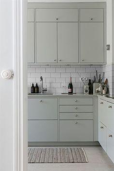 Green Kitchen, New Kitchen, Kitchen Dining, Kitchen Cabinets, Home Decor Kitchen, Kitchen Interior, Home Kitchens, Light Grey Kitchens, Cheap Dorm Decor