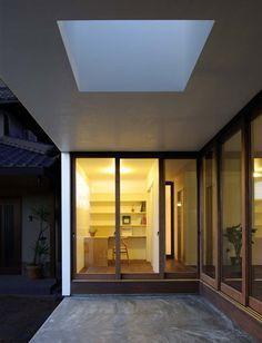 Sunset Villa by TT Architects, Kurashiki, Japan Roof Gardens, Sun Light, Japanese House, Dezeen, Courtyards, Porches, Garden Landscaping, Architects, Terrace