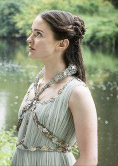 Lyanna Stark était la sœur cadette de Lord Eddard Stark et a été fiancée à l'ami d'enfance de Ned, Robert Baratheon. Son prétendu enlèvement par Rhaegar Targaryen a été l'événement qui a déclenché la rébellion de Robert, qui a finalement conduit à la chute de la dynastie des Targaryen. Lyanna était l'unique fille de Rickard Stark et donc la sœur de Brandon Stark, Eddard Stark et Benjen Stark. Elle fut promise à Robert Baratheon. Game Of Thrones Girl, Game Of Thrones Facts, Game Of Thrones Funny, Costumes Game Of Thrones, Game Of Thrones Cosplay, Familia Targaryen, Beautiful Celebrities, Beautiful People, Rhaegar And Lyanna