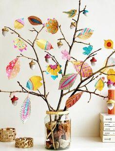 Hojas pintadas para decorar en otoño con los niños
