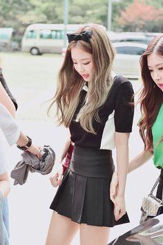 Jennie (and Rosie) Blackpink Fashion, Daily Fashion, Asian Fashion, Womens Fashion, Kim Jennie, Kpop Outfits, Sexy Outfits, Kim Jisoo, South Korean Girls