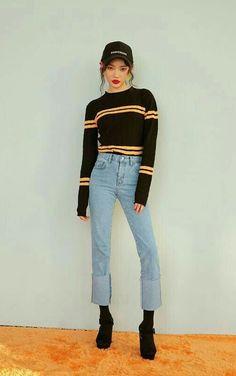 Dupla estilosa: Listras + jeans. Boné preto, suéter preto com listras amarelas, calça jeans de cintura alta, meia preta aparente, sandália plataforma