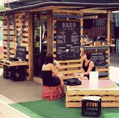 use of crates. pop up bar, in loving the temporary look and use of height and scale.Great use of crates. pop up bar, in loving the temporary look and use of height and scale. Container Bar, Container Restaurant, Cofee Shop, Coffee Shop Bar, Restaurant Concept, Cafe Restaurant, Bar Pallet, Bari, Juice Bar Design