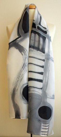 Ajouter quelques art portable à votre tenue cette saison ! C'est une belle main peinte foulard en soie. Cette conception unique on-line est dans des tons de couleurs noir, blanc et gris. Cette aura fière allure sur vous avec n'importe quelle tenue, parfaite pour porter tous les jours ou une