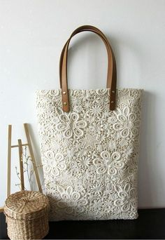 Bolso con detalles de encaje blanco
