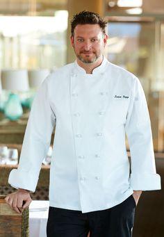 經典款白色主廚制服。使用純棉布料的〈Montreux蒙特勒行政主廚廚師服 〉為長袖雙襟,純白衣身搭配葡萄釦設計,簡潔優雅。   主要特色包括:雙前襟內釦、立領、腋下透氣孔、法式袖口,以及左胸插袋。