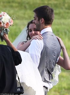 19 Kids And Counting's Jill Duggar and husband Derick Dillard shares first kiss during wedding ceremony | Mail Online