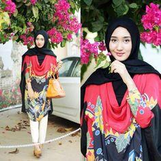 ♥ Muslimah fashion & hijab style Modest Fashion Hijab, Abaya Fashion, Fashion Pants, How To Wear Poncho, Moslem Fashion, Hijab Collection, Hijab Look, Fashion Cover, Islamic Fashion