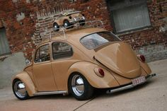 brown VW Beetle - oh, sweet, he's got a baby!
