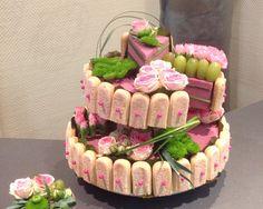 Double flowers dream cake with new foams Oasis® Art Floral, Deco Floral, Floral Cake, Floral Design, Flower Centerpieces, Flower Decorations, Tea Table Settings, Charlotte Cake, Bar A Bonbon
