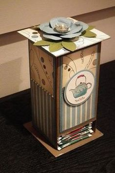 morning cup tea holder with link to tutorial Tea Holder, Altered Cigar Boxes, 3d Craft, Decoupage Vintage, Craft Fairs, Gift Bags, Cardmaking, Tea Party, Scrapbook