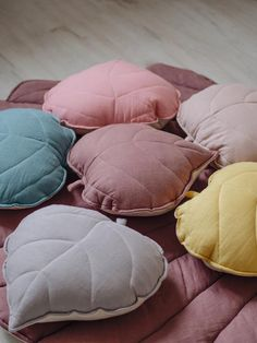 Linen LEAF CUSHION/ leaf pillow in 6 colors - The original linen leaf cushions from Moimili are our proposal for the decoration of a children's - Cute Pillows, Diy Pillows, Decorative Pillows, Cushions, Throw Pillows, Pillow Ideas, Diy Makeup Bag, Sewing Pillows, Kid Beds