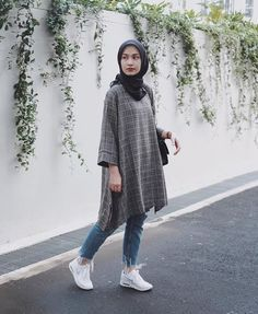 Hijab styles 609674868279396998 - casual outfit Source by yudindah Modern Hijab Fashion, Street Hijab Fashion, Muslim Fashion, Look Fashion, Teen Fashion, Fashion Outfits, Dress Fashion, Fashion Black, Hijab Casual