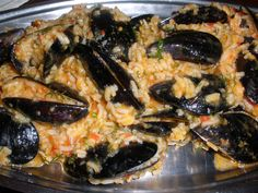 Mussels with fresh herbs and tomato Παραδοσιακό μυδοπίλαφο Greek Recipes, Fish Recipes, Seafood Recipes, Cooking Recipes, Greek Cooking, Mussels, Fish And Seafood, Fresh Herbs, Vegetable Pizza