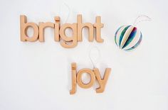 Make ornaments with plastic letters  magnets Do you have an excess of plastic magnet letters that you don't know what to do with? Turn them into these metallic DIY ornaments!