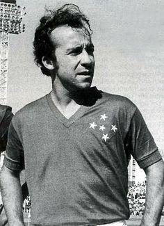 Tostão - Ponta-de-lança. Maior jogador do Cruzeiro de todos os tempos. Explodiu para o país em 1966, quando seu time ganhou a Taça Brasil contra o temível Santos de Pelé. Disputou as Copas de 1966 e de 1970, quando chegou a ser apontado como o maior craque da competição. Disputou sua última partida em 1973, aos 27 anos, quando agravou-se o problema de descolamento da retina, ocorrido em 1968.